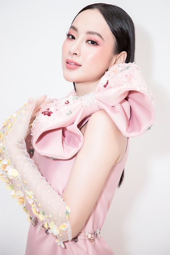 Angela Phương Trinh cho biết, mỗi lần xuất hiện tại các sự kiện cô đều được ê-kíp riêng lên ý tưởng và chuẩn bị trang phục một cách chu đáo.