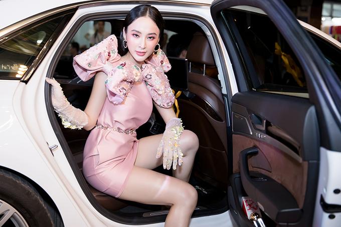 Người đẹp đi xế hộp bạc tỷ đến tham gia chương trình đã thu hút được sự quan tâm của đông đảo khách mời.