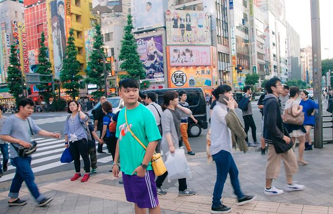 Phố Nakamise  Con phố mua sắm dài 250m tọa lạc ngay bên trong khu vực chùa Asakusa kéo dài từ khu vực cổng Kaminarimon (hay còn gọi là cổng Sấm) cho đến cổng Hozomon. Được hình thành vào năm 1685, phố Nakamise là nơi tập trung các cửa hàng bán các món quà lưu niệm và các món ăn đặc trưng của địa Phương. Đây là khu vực không thể bỏ qua dành cho những ai yêu thích mua sắm khi đến tham quan chùa Asakusa.