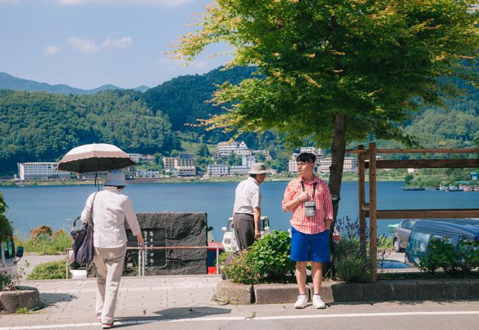 Công viên Oishi nằm ở bờ bắc của Hồ Kawaguchi. Từ công viên, có thể nhìn toàn cảnh Hồ Kawaguchi và Núi Phú Sĩ tuyệt đẹp. Công viên có con đường đi dạo trồng nhiều loài hoa đẹp với tổng chiều dài 350m. Từ cuối tháng 6 đến cuối tháng 7 là thời điểm khoe sắc của cánh đồng hoa lavender với những cánh hoa tím lãng mạn