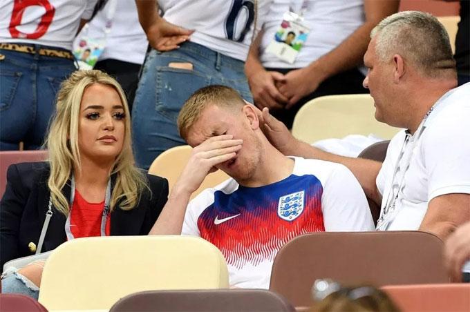 Thủ môn Pickford được bạn gái và người thân khích lệ.