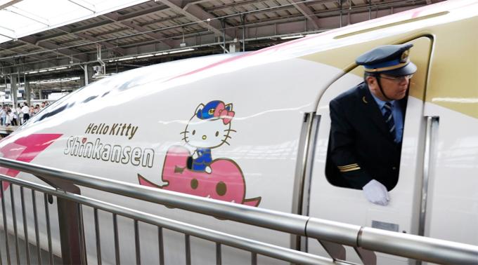 Chuyến tàu shinkansen mang hình Hello Kitty đầu tiên đã cập bến ga Shin-Osaka với thiết kế ấn tượng ngay từ bên ngoài, với tone màu hồng - trắng nổi bật. Logo Hello Kitty xuất hiện dọc theo thân tàu khiến chúng trở nên nổi bật giữa nhà ga. Với mục đích đem lại sức sống cho khu vực phía Tây Nhật Bản, chuyến tàu sẽ chạy theo tuyến đường từ Osaka tới Hakata ở Fukuoka và sẽ dừng ở tất cả các ga, do đó, du khách ngay cả không mua vé lên tàu cũng có thể check in với nó.