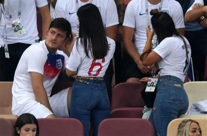 Tuyển thủ Anh hôn vợ, bế con để quên nỗi buồn - 12