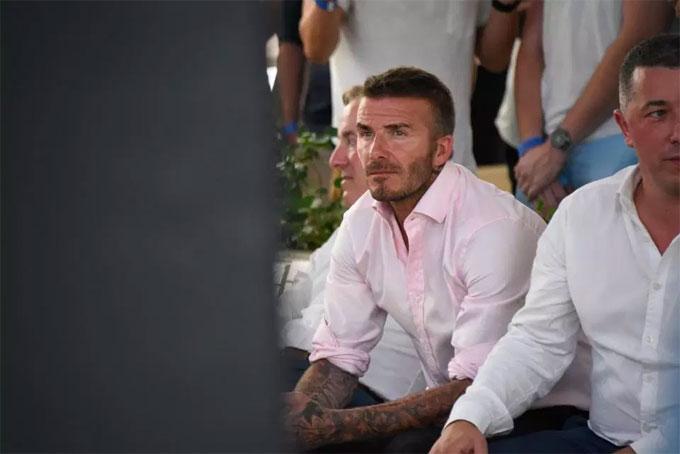 Cựu danh thủ Becks buồn bã ngồi xem trước màn hình lớn.