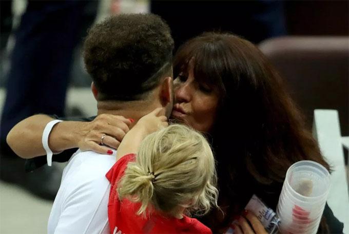 Mẹ ôm động viên Walker.