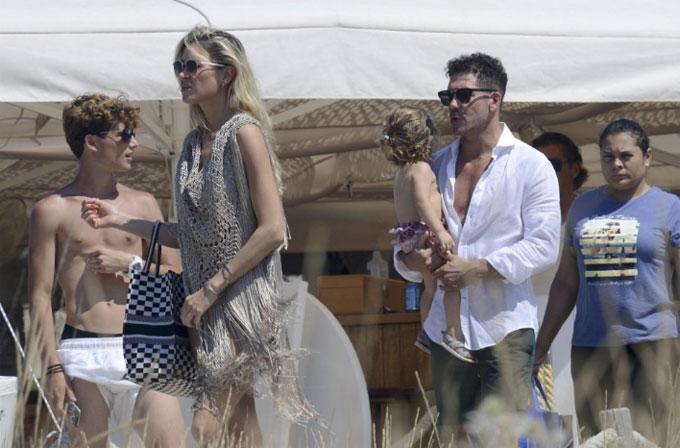 Trước khi trở lại tập trung cùng Atletico Madrid chuẩn bị cho mùa giải mới, HLV Simeone có kỳ nghỉ với bạn gái chân dài Carla Pereyra.
