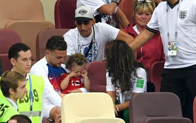 Trippier bế con gái đang khóc sau trận thua. Anh là người mở tỷ số cho tuyển Anh bằng cú sút phạt đẹp mắt.
