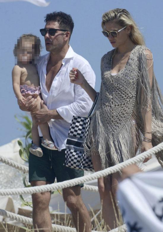Simeone đến với Carla Pereyra từ năm 2014, sau khi ly dị vợ cũ là cựu người mẫu Carolina Baldini.