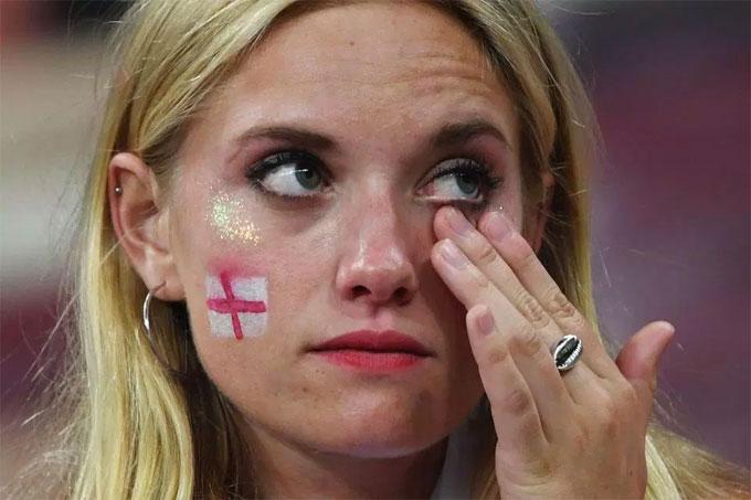 Những giọt nước mắt rơi trên má CĐV nữ.