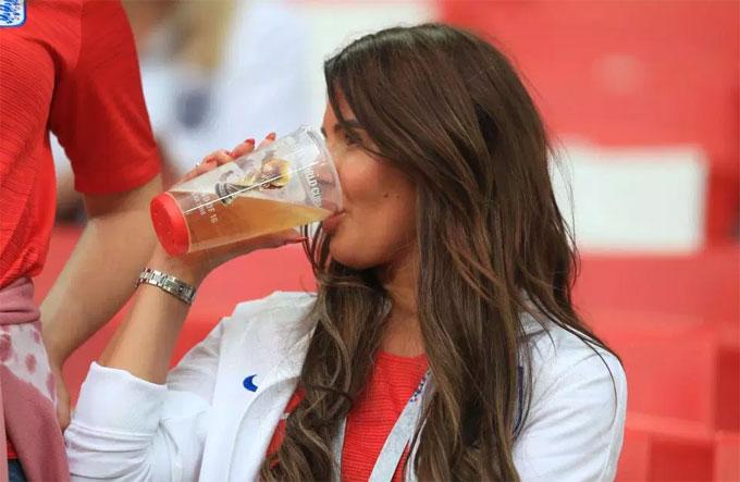Cô có thói quen giải khát trước mỗi trận đấu của tuyển Anh ở giải năm nay.