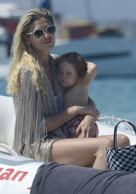 HLV Simeone đưa vợ trẻ đi nghỉ mát trước mùa giải mới - 4