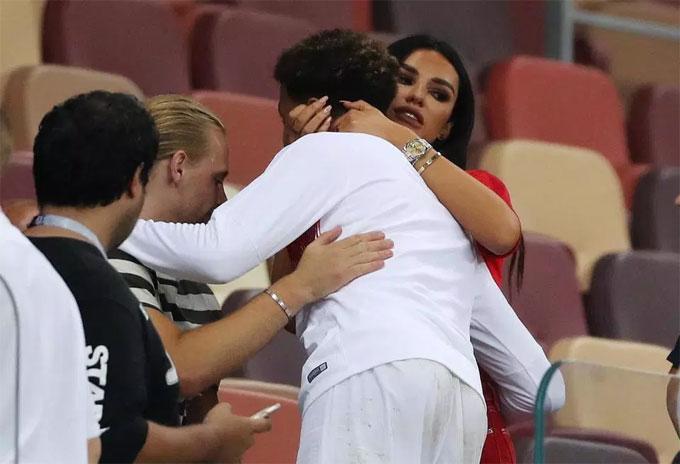 Ruby Mae an ủi Dele Alli sau thất bại ở phút bù giờ. Các tuyển thủ Anh không tin vào trận thua đau trước Croatia, đánh mất vé chơi chung kết.