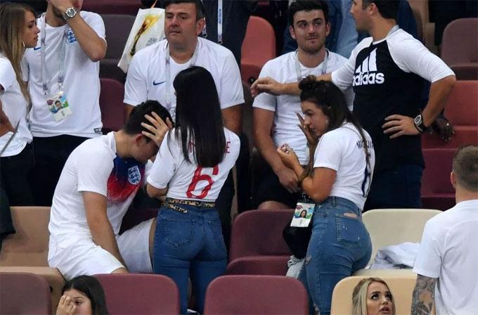 Cả gia đình buồn bã sau trận thua ngược.