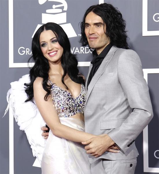 4 tháng yêu là đủ để Katy Perry và Russell Brand đính hôn và bước sang chương mới của cuộc đời. Russell cầu hôn Katy vào tháng 1/2010, cưới vào tháng 10 năm đó và ly hôn vào cuối năm 2012.