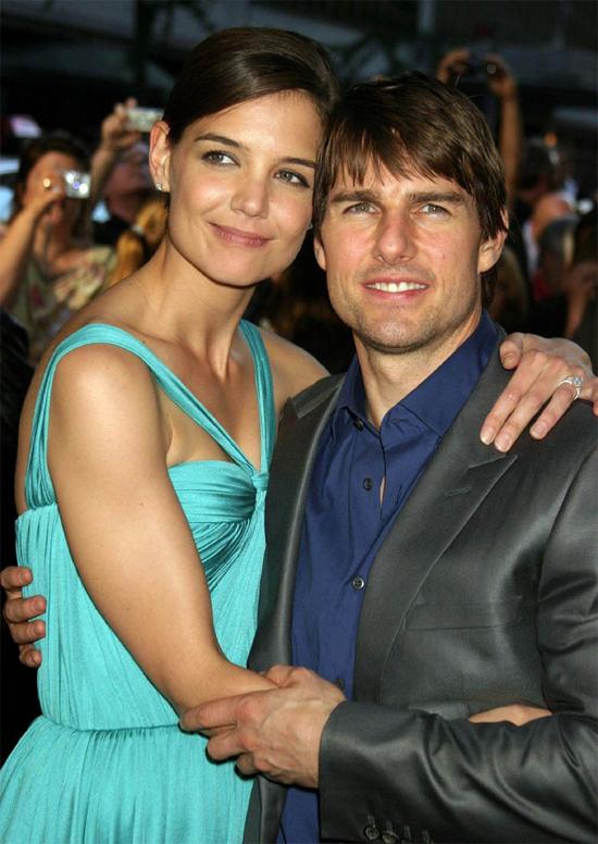 Chỉ sau 7 tuần gặp mặt, Tom Cruise đã cầu hôn Katie Holmes. Một năm sau, Tom-Kat tổ chức đám cưới xa hoa ở Italy và chào đón con gái đầu lòng Suri. Cặp sao ly hôn vào năm 2012.