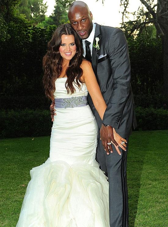 Ngôi sao truyền hình thực tế Khloe Kardashian từng được cầu thủ bóng rổ Lamar Odom cầu hôn khi gặp gỡ chưa đầy 1 tháng. Cũng thần tốc không kém, vài ngày sau cặp đôi tổ chức lễ cưới. Hai người chung sống mặn nồng cho đến năm 2013 thì ly hôn vì Lamar sa đà vào nghiện ngập.