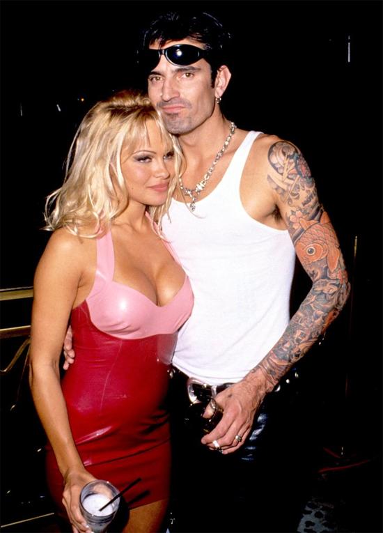 Cô đào Pamela Anderson và tay trống Tommy Lee có thể lập kỷ lục là cặp đôi đính hôn nhanh nhất mọi thời đại! Sau 96 tiếng tận hưởng kỳ nghỉ cùng nhau ở biển Cancun, Mexico, cặp sao đính hôn và kết hôn trong trang phục bikini và đồ bơi vào năm 1995. Đến với nhau quá vội vì tình yêu cuồng say, cuộc sống hôn nhân của Pamela lại không như ý muốn. Sau 3 năm chung sống và có hai con trai, Pamela đệ đơn ly dị Tommy Lee.