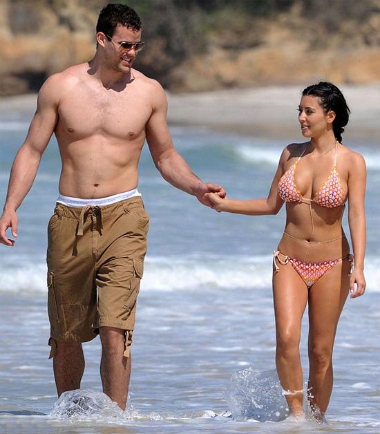 Cuộc tình của Kim Kardashian với cầu thủ bóng rổ Kris Humphries được ví như một cơn lốc. Sau 6 tháng hẹn hò, Kris cầu hôn Kim vào tháng 5 và tổ chức đám cưới vào tháng 8. Tuy nhiên chỉ 72 ngày sau, hai người đâm đơn ly dị.