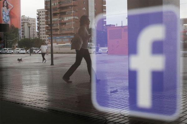 Facebook lần đầu bị phạt sau vụ Cambridge Analytica