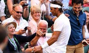 Nadal cố cứu bóng, lao thẳng lên khán đài