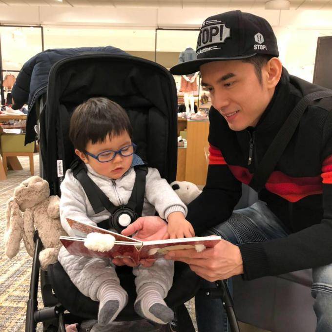 Đan Trường hí hửng dạy con trai Thiên Từ tập đọc chữ.
