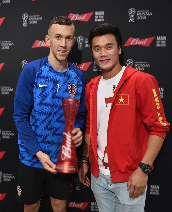 Bùi Tiến Dũng chụp ảnh lưu niệm với Ivan Perisic sau khi trao giải Cầu thủ hay nhất trận đấu cho tiền vệ của Croatia. Ảnh: FB.