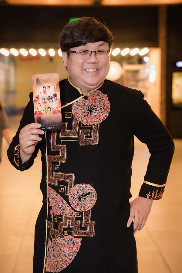 Diễn viên Gia Bảo diện áo dài điệu đà dự sự kiện.