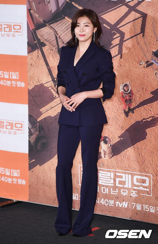 Chiều nay 12/7, Ha Ji Won dự buổi họp báo chương trình mớiGalileo: The Space Awakens. Đây làshow thực tế do đài TvN thực hiện, cho phép người chơi được trải nghiệm cuộc sống trên sao Hỏa. Chương trình được quay tại Cơ sở nghiên cứu sao Hỏa ởUtah, Hoa Kỳ. Ha Ji Won là một trong những người chơi chính của show.
