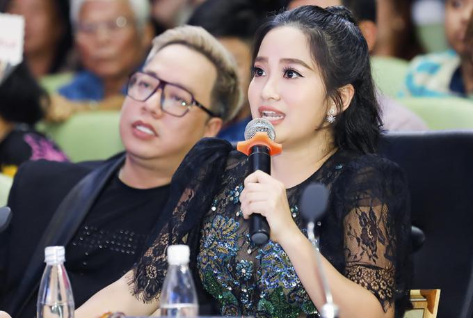 Hồng Phượng ngồi ghế giám khảo cùng MC Tùng Leo. Cô có nhiều lời khuyên bổ ích cho các sinh viên đang nuôi mơ ước theo nghề MC.