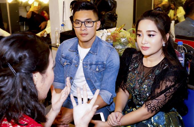 Hai vợ chồng trò chuyện cùng thành viên ban tổ chức cuộc thi Én Sinh viên 2018.