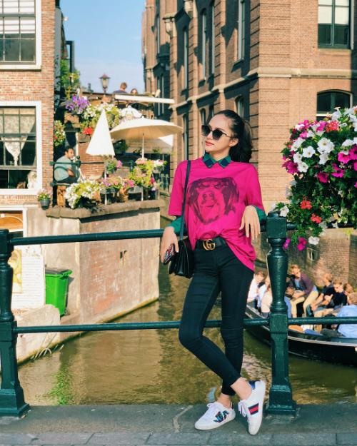 Hoa hậu chuyển giới Hương Giang thảnh thơi ngắm cảnh ở Hà Lan.