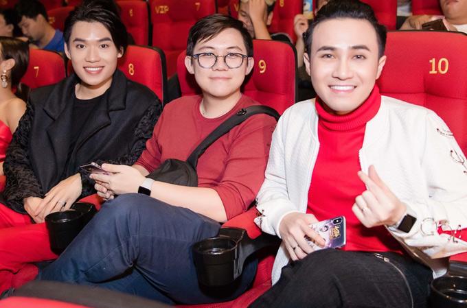 Huỳnh Lập (ngoài cùng bên phải) hào hứng tới thưởng thức tập 1 phim hài Nam phi liên hoàn kế.