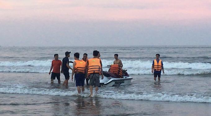 Lực lượng cứu hộ nỗ lực tìm nạn nhân bị đuối nước ở Hải Hoà.