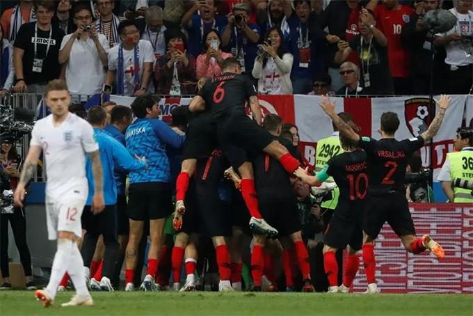 Sau khi Mandzukic ghi bàn nâng tỷ số lên 2-1ở hiệp phụ thứ hai trận bán kết World Cup 2018 gặp tuyển Anh, các cầu thủ Croatia chạy về góc sân, nhảy lên người nhau ăn mừng.