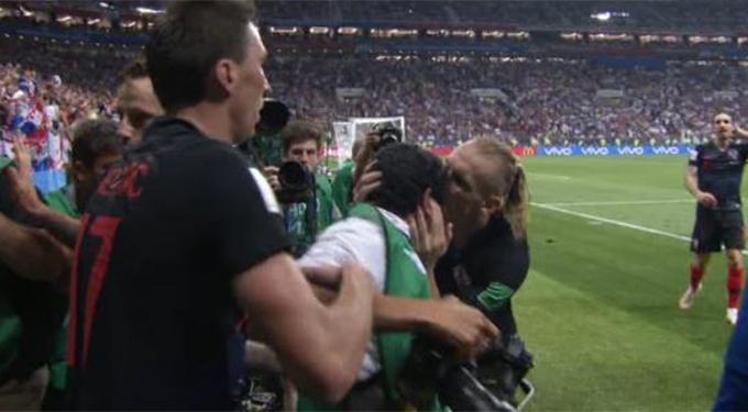 Trung vệ DomagojVida tạ lỗi với người đàn ông này bằng một nụ hôn lên trán.