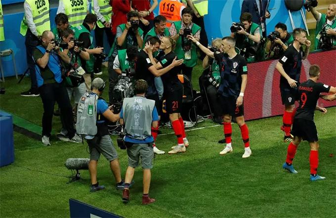 Vida cũng dành một nụ hôn cho Mandzukic. Bàn thắng quý giá của tiền đạo đang khoác áo Juventus giúp Croatia vượt qua tuyển Anh để lần đầu tiên góp mặt trong một trận chung kết World Cup. Đối thủ của Croatia trong trận đấu vào ngày 15/7 tới là đội tuyển Pháp.
