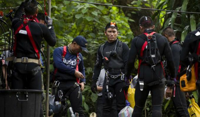 Lực lượng thợ lặn và cứu hộ ở hiện trường giải cứu đội bóng nhí. Ảnh: AFP.