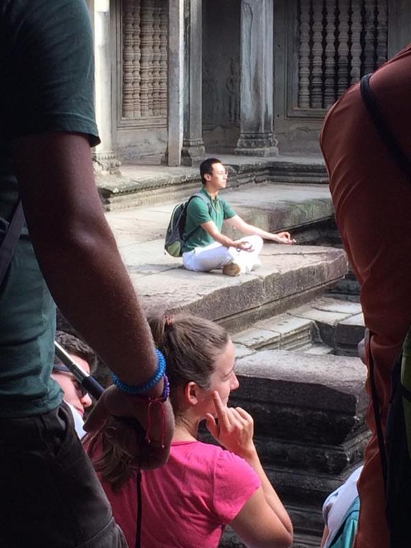 Nam ca sĩ ngồi thiền ở một ngôi đền tại Campuchia.