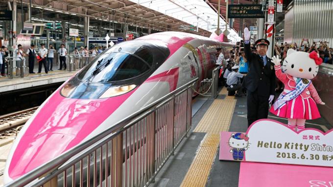 Mèo Hello Kitty và những chuyến tàu cao tốc là những thứ không bao giờ cũ ở Nhật. Chú mèo hoạt hình ra đời năm 1994 vừa trở thành chủ đề để công ty đường sắt West Japan biến thành chuyến tàu shinkansen Hello Kitty đầu tiên ở đất nước này. Chuyến tàu được ra mắt công chúng và chạy thử nghiệm vào ngày 30/6 vừa qua tại Osaka và sẽ được đưa vào sử dụng trong 3 tháng tới đây.