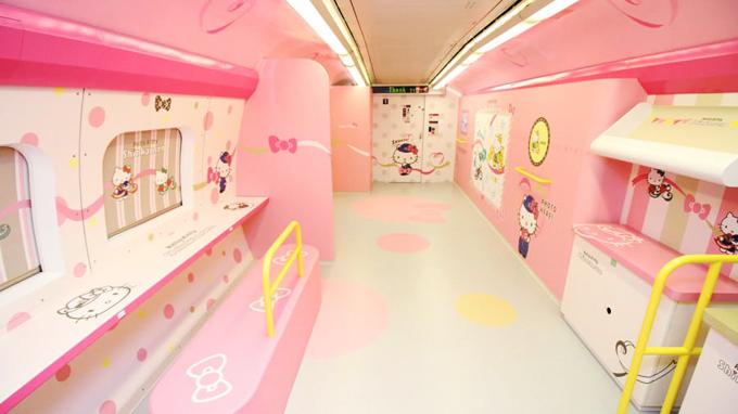 Ngoài hàng ghế dành cho du khách, chuyến tàu còn có những khoang riêng biệt được phủ màu hồng trắng từ sàn lên đến nóc, tạo thành một studio thu nhỏ dễ thương, khiến các tín đồ Hello Kitty thích mê.