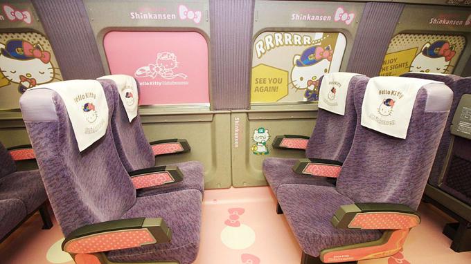 Một quán cà phê Hello Kitty đặc biệt đã mở cửa đón khách ngày 1/6và một cửa hàng lưu niệm (mở cửa ngày 30/6) cũng đã được khai trương tại ga Hakata để phục vụ khách du lịch.