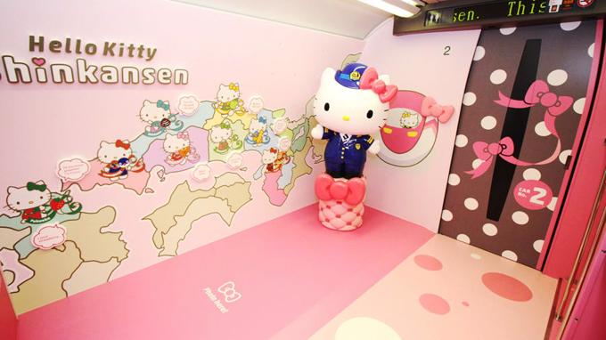 Chiều lòng các hành khách sống ảo, đoàn tàu còn có hẳn một khu vực photo booth để chụp ảnh, với một hình nộm Hello Kitty khá lớn, được mặc đồng phục của nhân viên trên tàu. Thay vì sử dụng chuông báo tới trạm theo kiểu truyền thống, chuyến tàu này sử dụng âm báo là nhạc phim Hello Kitty mỗi khi tới ga. c