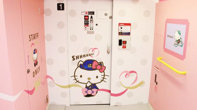 Bạn có thể lên website để kiểm tra lịch trình của chuyến tàu này và với vé tàu shinkansen bình thường cũng có thể lên tàu mà không cần phải mua loại vé riêng biệt. Tuy nhiên, bạn nên đặt trước để chắn chắn có chỗ bởi lẽ Hello Kitty có rất nhiều người mến mộ ở Nhật.