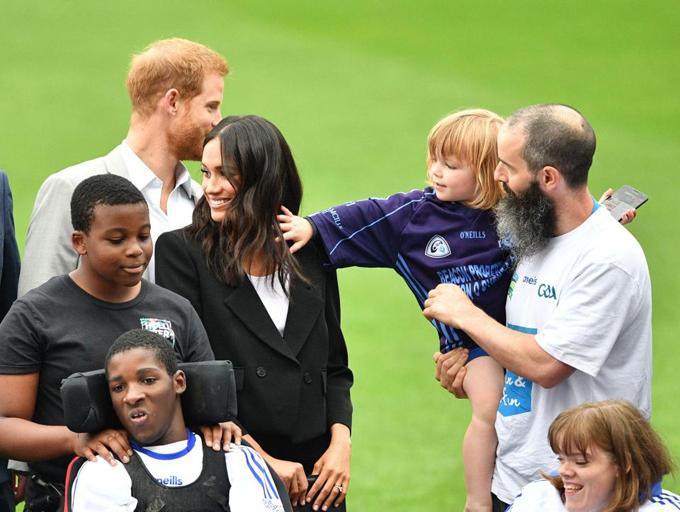 Cậu bé 3 tuổi chạm vào tóc của Nữ công tước xứ Sussex. Ảnh: PA.