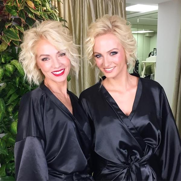 Polina Maximova, 28 tuổi, là diễn viên nổi tiếng tại Nga. Đứng bên phải là mẹ cô,Svetlana Maximova, năm nay đã bước sang tuổi 53. Khi đứng cạnh nhau, hai mẹ con Polina thường được nhận xét là hai chị em sinh đôi.
