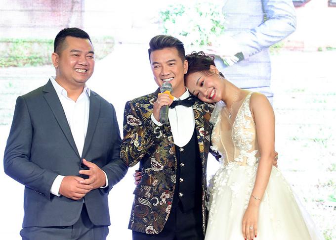 Hà Thúy Anh cảm động khi ông hoàng nhạc Việt cho biết tối 12/7 anh có lịch bay đi Australia lưu diễn nhưng vẫn cố nhờ người check in giúp để chạy tới chúc mừng, hát tặng vợ chồng cô.