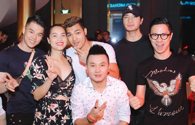 Cặp đôi hội ngộ nhiều bạn bè như MC Anh Quân (đeo kính), Nam vương Nguyễn Văn Sơn (đội mũ) trong tiệc mừng tuổi mới của anh Timmy Quang Quậy (mặc áo trắng, đứng phía trước).