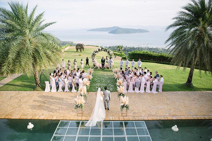 Thay vì chọn một cổng hoa truyền thống hình chữ nhật, Bryan và Su đã dùng cổng hoa hình tròn làm nơi thề nguyện trọn đời.