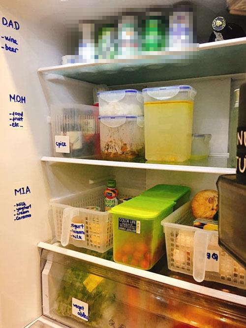 Chị chia các tầng của tủ lạnh cho mỗi thành viên trong nhà: tầng một của bố, tầng hai để đồ ăn của mẹ và tầng ba chứa sữa, trái cây của con gái. Chị tin rằng điều này giúp mỗi cá nhân có ý thức giữ gìn vệ sinh khu vực của mình.