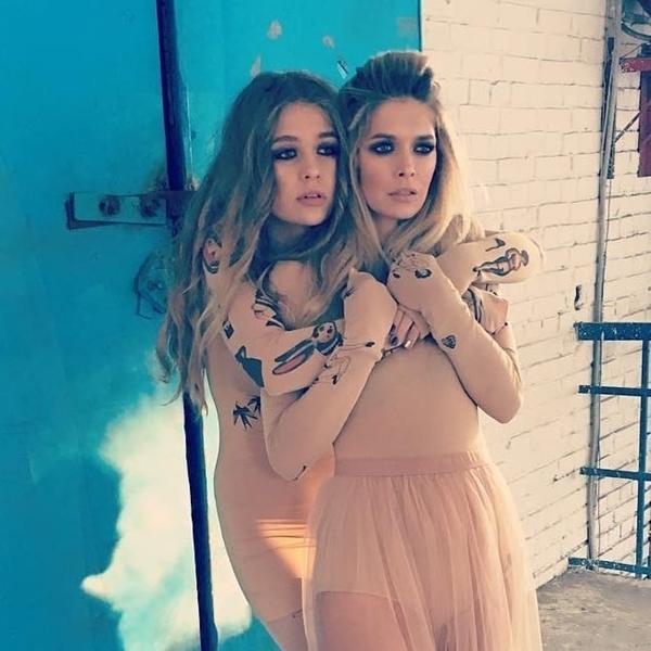 Sonya là con gái của ca sĩ và nữ diễn viên nổi tiếng người Nga Vera Brezhneva. Sonya vừa bước sang tuổi 17 còn mẹ cô năm nay 36 tuổi. Tuy nhiên, trong những bức ảnh chụp chung của hai mẹ con, nhiều người đã lầm tưởng họ là chị em sinh đôi.